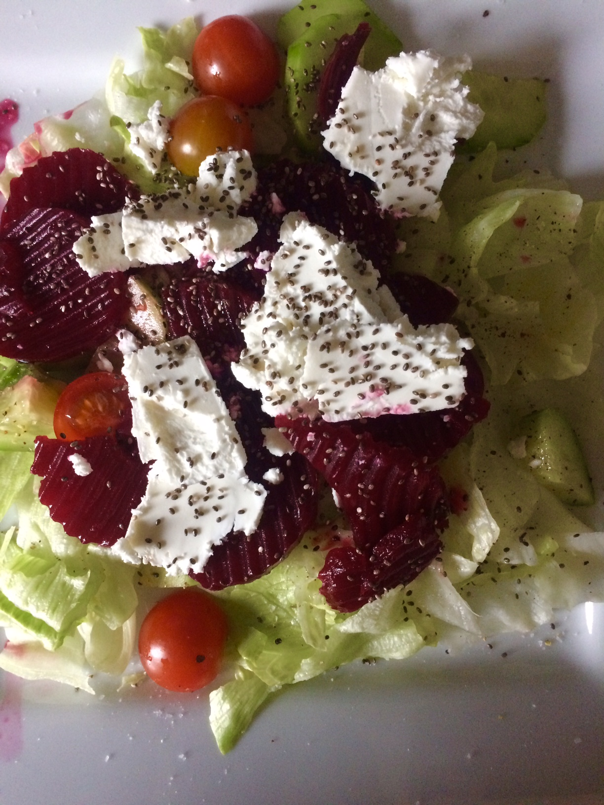 Zeleninový salát s kozím sýrem, řepou a chia semínky