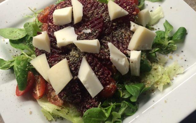 Zeleninový salát s ovčím sýrem, ořechy, chia a červenou řepou